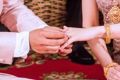 Het dragen van een ring op hun ceremonie van de huwelijksdag Royalty-vrije Stock Fotografie