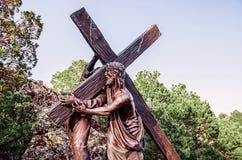 Het dragen van het Kruis Stock Afbeeldingen