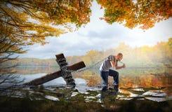 Het dragen van het kruis op een meer royalty-vrije stock fotografie