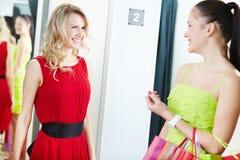 Het dragen van nieuwe kleding Royalty-vrije Stock Foto