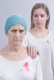 Het dragen van roze linten als symbool Stock Foto's