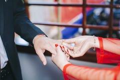 Het dragen van trouwring royalty-vrije stock foto