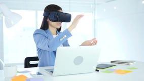 Het dragen van virtuele werkelijkheidsglazen in bureau het gebruiken van vr beschermende brillenhoofdtelefoon stock videobeelden