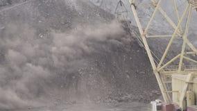 Het draglinegraafwerktuig die op cursus lopen werpt stoffige grond stock footage