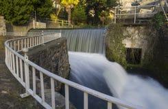 Het dramatische kunstmatige waterval stromen Royalty-vrije Stock Afbeelding