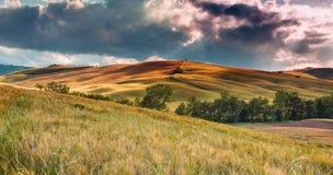 Het dramatische landschap van Toscanië, Italië stock foto's