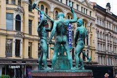 Het Drie Smiths Standbeeld is een beeldhouwwerk in Helsinki wordt gesitueerd dat stock foto's