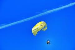 Het drievoudige parasailing Stock Foto