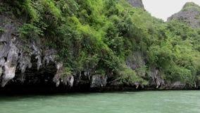 Het drijven bootmening van kalksteen en overzees in Thailand stock videobeelden