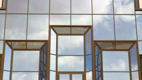 Het drijven in de hemel Tijd-tijdspanne opname De wolken worden weerspiegeld in de Vensters van het gebouw stock video