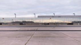Het drijven in de Internationale Luchthaven van Frankfurt op tarmac stock footage