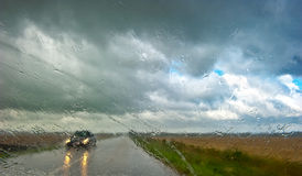 Het drijven in de regen Stock Foto