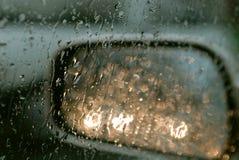 Het drijven in de regen Royalty-vrije Stock Afbeeldingen
