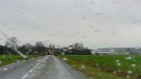 Het drijven in de regen stock videobeelden