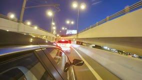 Het drijven in de weg van de nachtstad met opstopping op wegverbinding Vaag timelapse Mening van buiten de cabine stock video