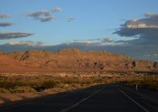 Het drijven in de Woestijn tijdens Zonsondergang stock fotografie