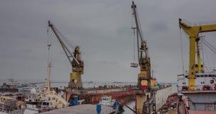 Het drijven dokstijgingen boven het water met twee schepen bij scheepswerf Vissersboot en icebreaker op reparatie Schip stock footage