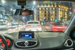Het drijven door auto op de straat van Milaan tijdens nacht royalty-vrije stock fotografie