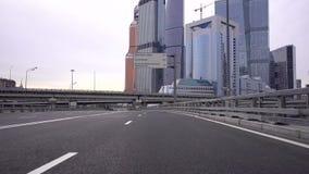 Het drijven door auto op de wegen van Moskou Dichtbij het commerciële centrum van de Stad van Moskou stock video