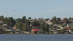 Het drijven door boten en catamarans onderaan de rivier stock video