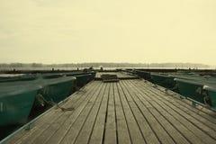 Het drijven door de boot op het meer Stock Foto's