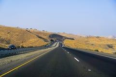 Het drijven door de gouden heuvels van Californië op het gebied van San Luis Reservoir State Recreation op een zonnige middag royalty-vrije stock afbeelding