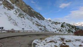 Het drijven door de piek van Sass Pordoi in het Dolomiet die met marmot de weg doornemen stock footage
