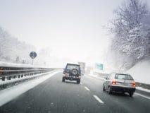 Het drijven door de sneeuwweg Stock Foto's