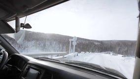 Het drijven door het de winterbos op sneeuwweg stock videobeelden