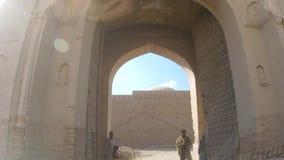 Het drijven door Hoofdingang van Derawar-fort in Bahawalpur Pakistan stock footage