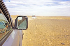 Het drijven door Sahara Desert Stock Foto's