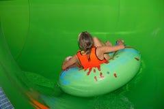 Het drijven door waterslides in een aquapark. Royalty-vrije Stock Afbeelding