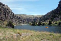 Het drijven downriver op een heldere zonnige dag in Idaho Stock Afbeeldingen