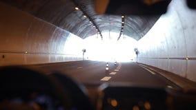 Het drijven langzaam door een tunnel Licht aan het eind van de tunnel stock video