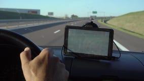 Het drijven met GPS-Apparaat op Dashboard stock video