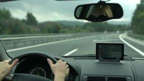 Het drijven met GPS-apparaat op het dashboard stock videobeelden