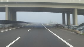 Het drijven in mist stock footage