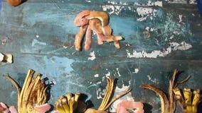 Het drijven oceaandievissen en kwallen van plantaardige schillen worden gemaakt stock videobeelden