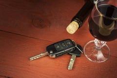 Het drijven onder de invloed van alcohol Gevaarlijke rit Alcohol achter het wiel Dronken bestuurder stock foto's