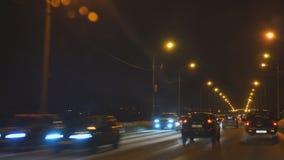 Het drijven op de nachtweg in de winter stock footage