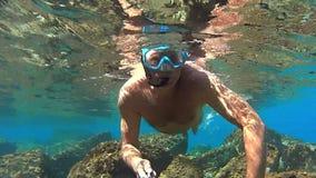 Het drijven op de oceaan stock videobeelden
