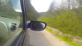 Het drijven op de weg in de bergen stock video