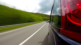 Het drijven op de weg in de bergen stock footage
