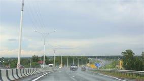 Het drijven op de weg na regen (weg m-52). Russia.Driving op de weg na regen (weg m-52). stock videobeelden