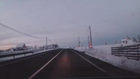 Het drijven op een bergweg stock footage