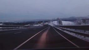 Het drijven op een bergweg stock videobeelden