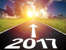 Het drijven op een lege weg en een gelukkig nieuw jaar 2017 Stock Foto