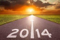Het drijven op een lege weg naar het plaatsende zon 2014 jaar Stock Afbeelding