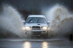 Het drijven op een overstroomde landweg stock afbeelding