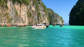 Het drijven op een traditionele lagune met lange staart van bootthailand Phi Phi Leh stock footage